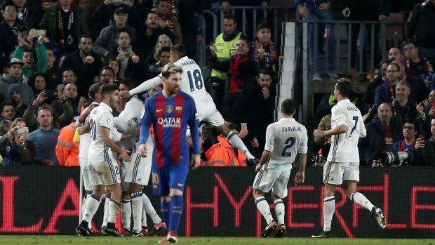 Los jugadores del Real Madrid celebran un tanto en el Clásico. (Getty)