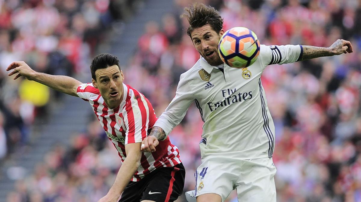 Sergio Ramos pelea con Aduriz por un esférico durante el Athletic-Real Madrid. (AFP)