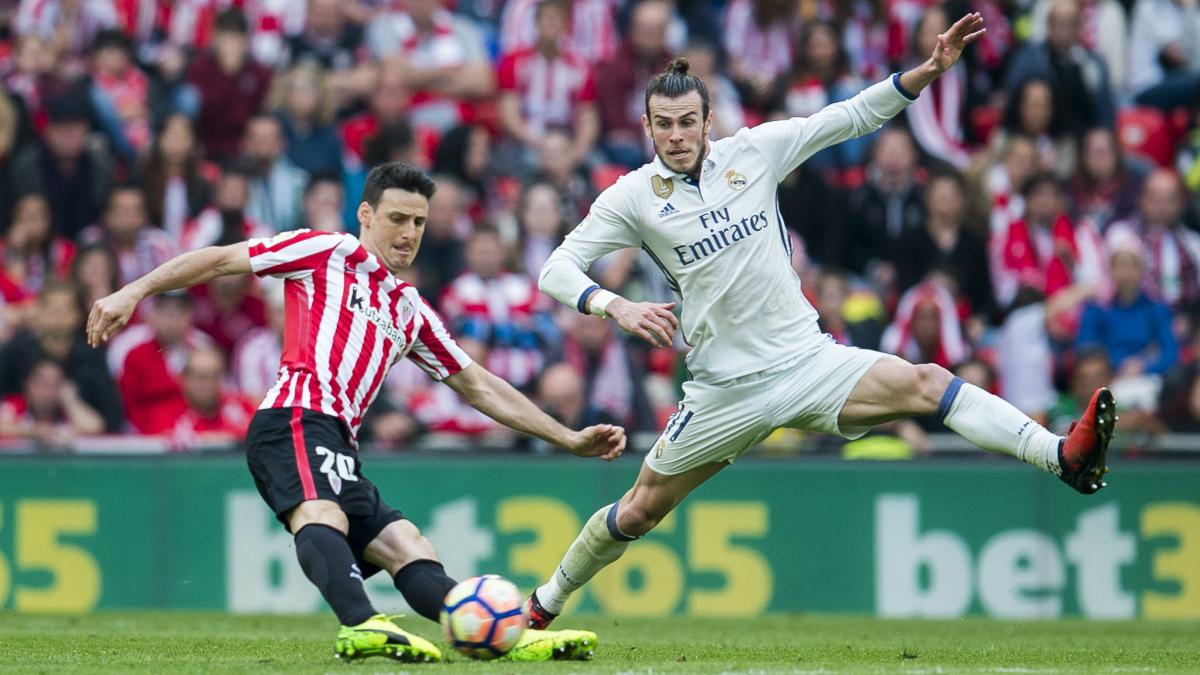 Bale trata de interceptar el chut de Aduriz. (Getty)