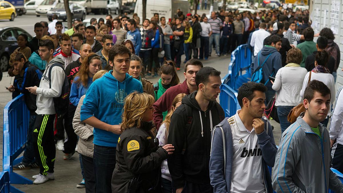 Cola en el Bernabéu para recoger la entrada de la final de la Décima. (Getty Images)