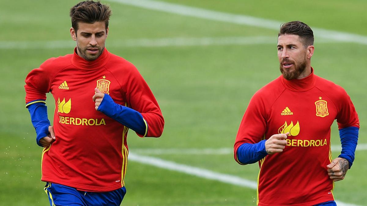 Piqué y Ramos durante un entrenamiento con la Selección. (Getty Images)