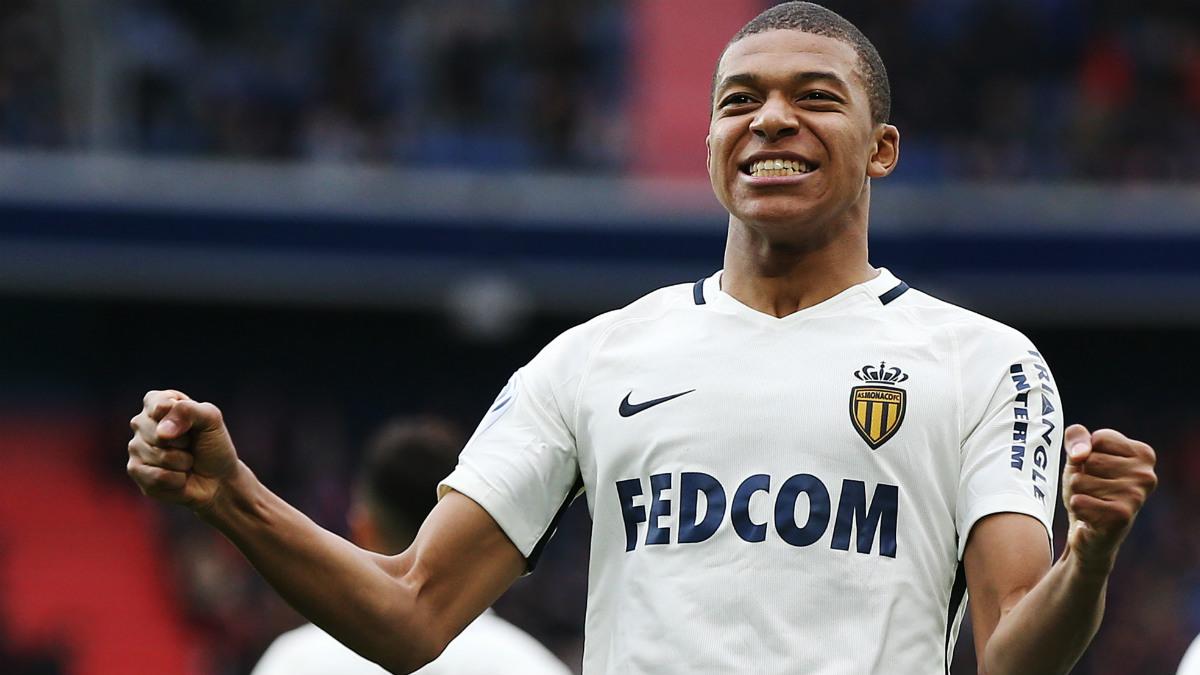 Mbappé celebra uno de sus dos goles en Caen. (AFP)