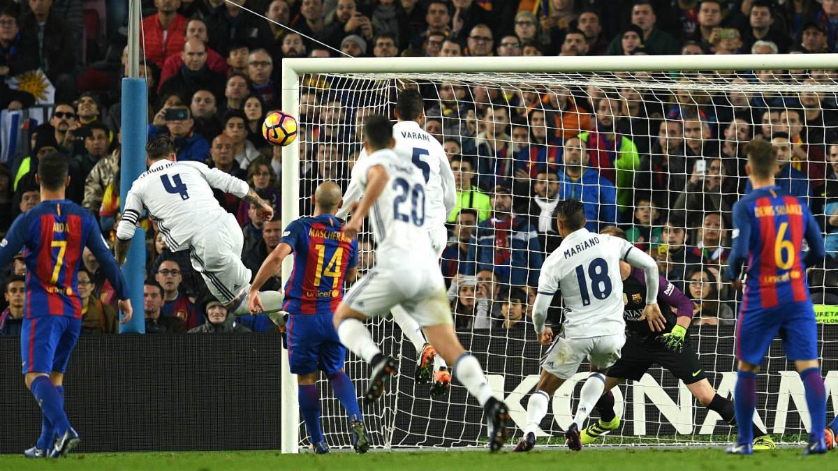 Sergio Ramos marca en el último Clásico. (Getty)