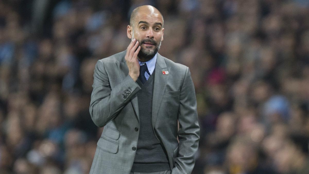Guardiola da instrucciones a sus jugadores. (AFP)