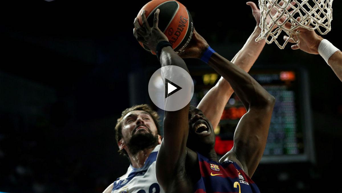 Sergio Llull haciendo el tapón ante el Barcelona. (Getty)
