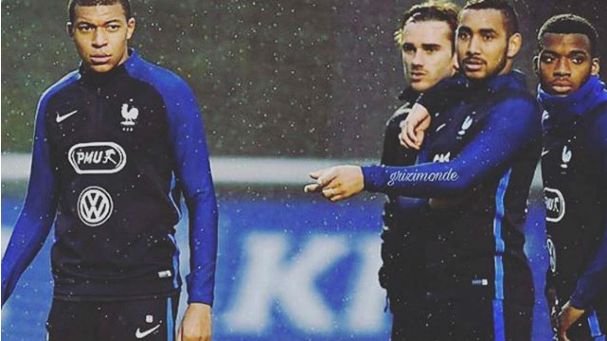 Griezmann junto a Payet señalando a Mbappé.