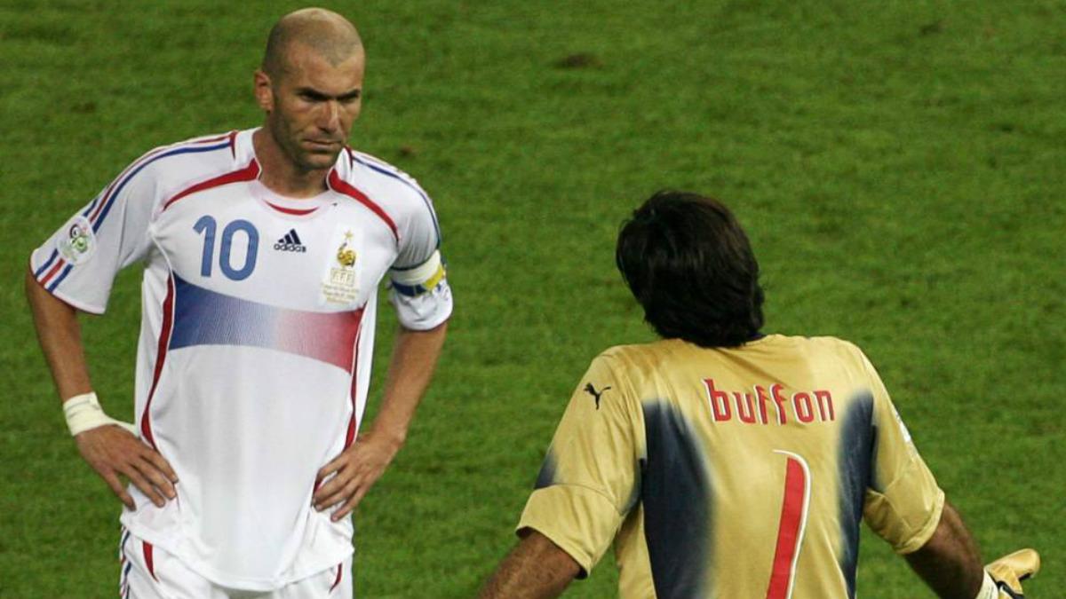 Zidane y Buffon dialogan en la final del Mundial de 2006. (AFP)