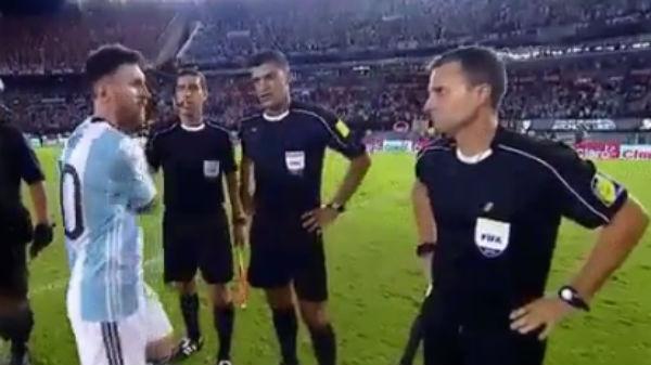 Leo Messi saluda a los colegiados tras el partido.