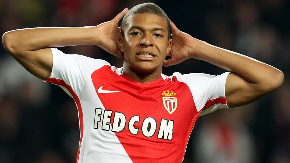 Mbappé se lleva las manos en la cabeza con la camiseta del Mónaco. (AFP)