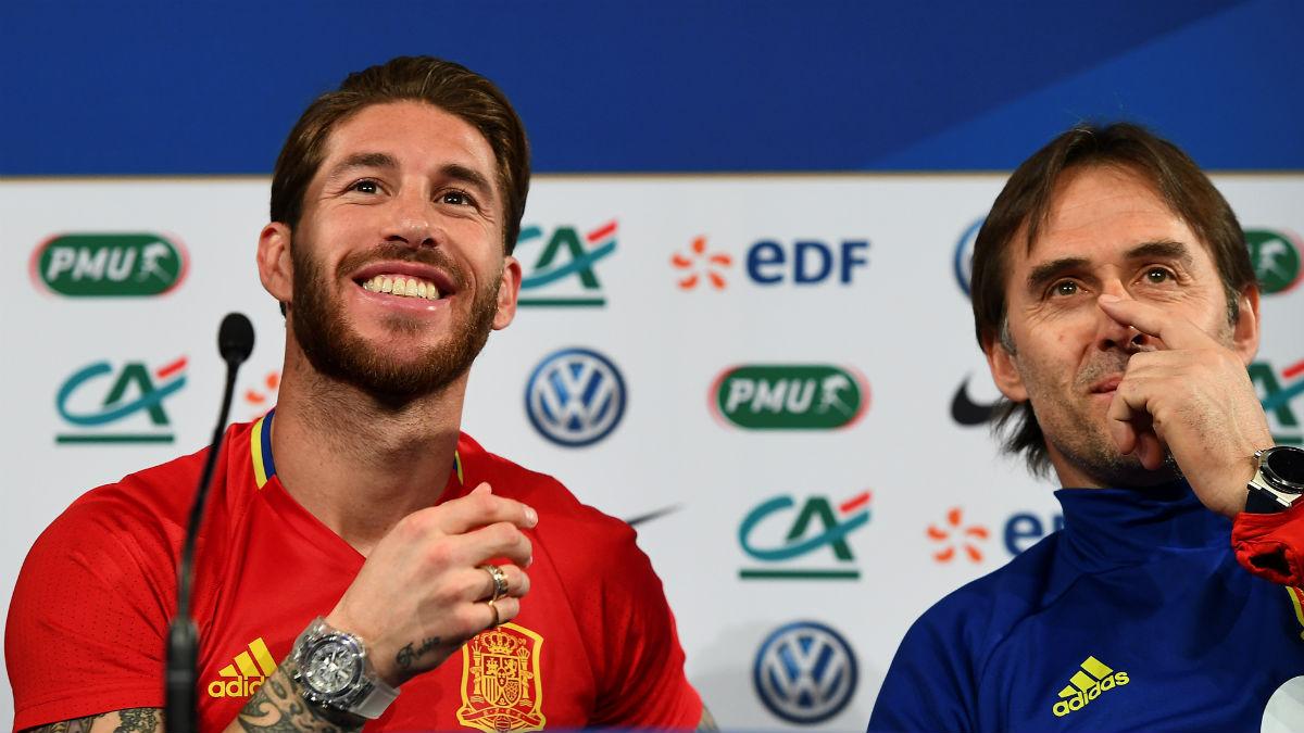 Sergio Ramos junto a Julen Lopetegui en rueda de prensa. (AFP)