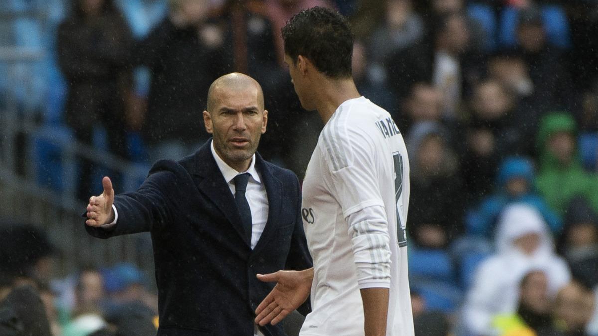 Zidane da la mano a Varane tras una sustitución. (AFP)