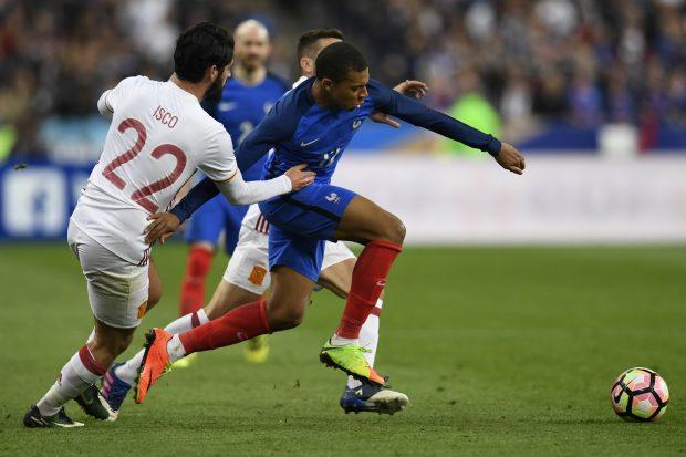 Isco y Mbappé luchan por un balón. (AFP)