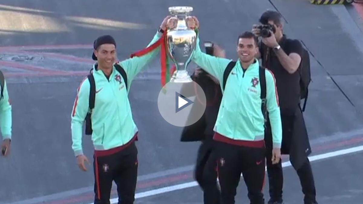 Cristiano Ronaldo luce la Eurocopa lograda en 2016.