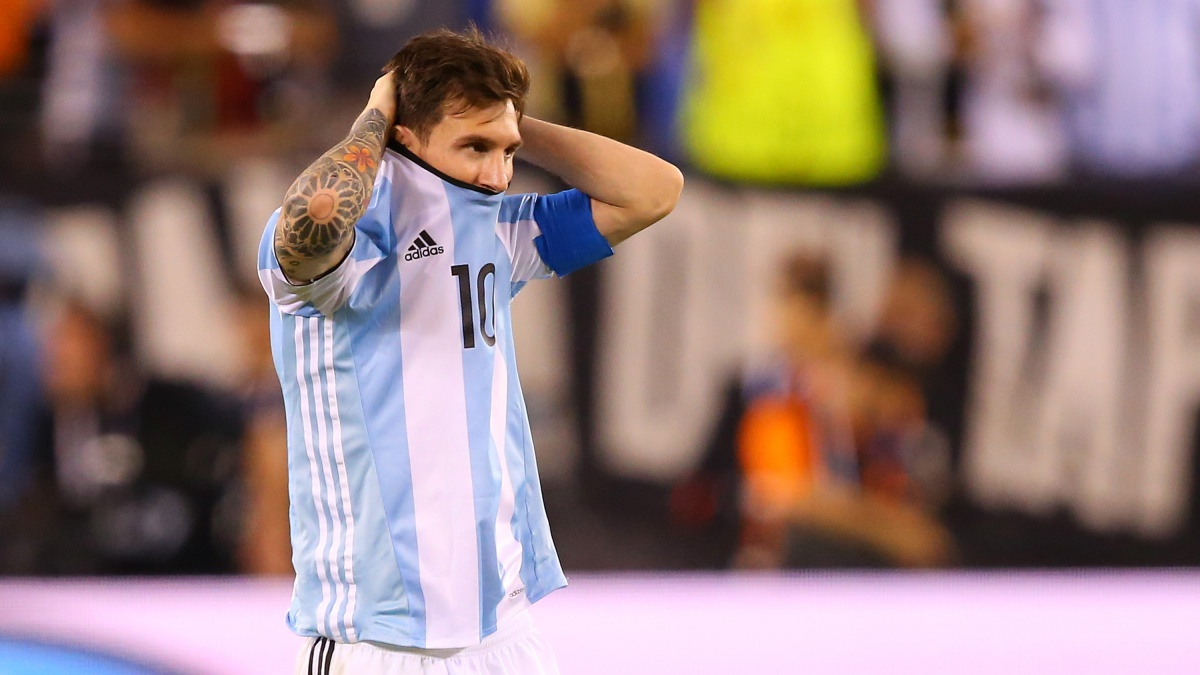 Leo Messi se lamenta durante un partido con Argentina