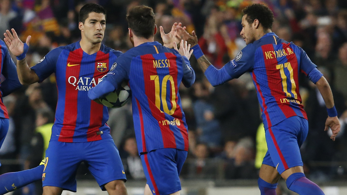 La MSN, celebrando un gol durante un encuentro.