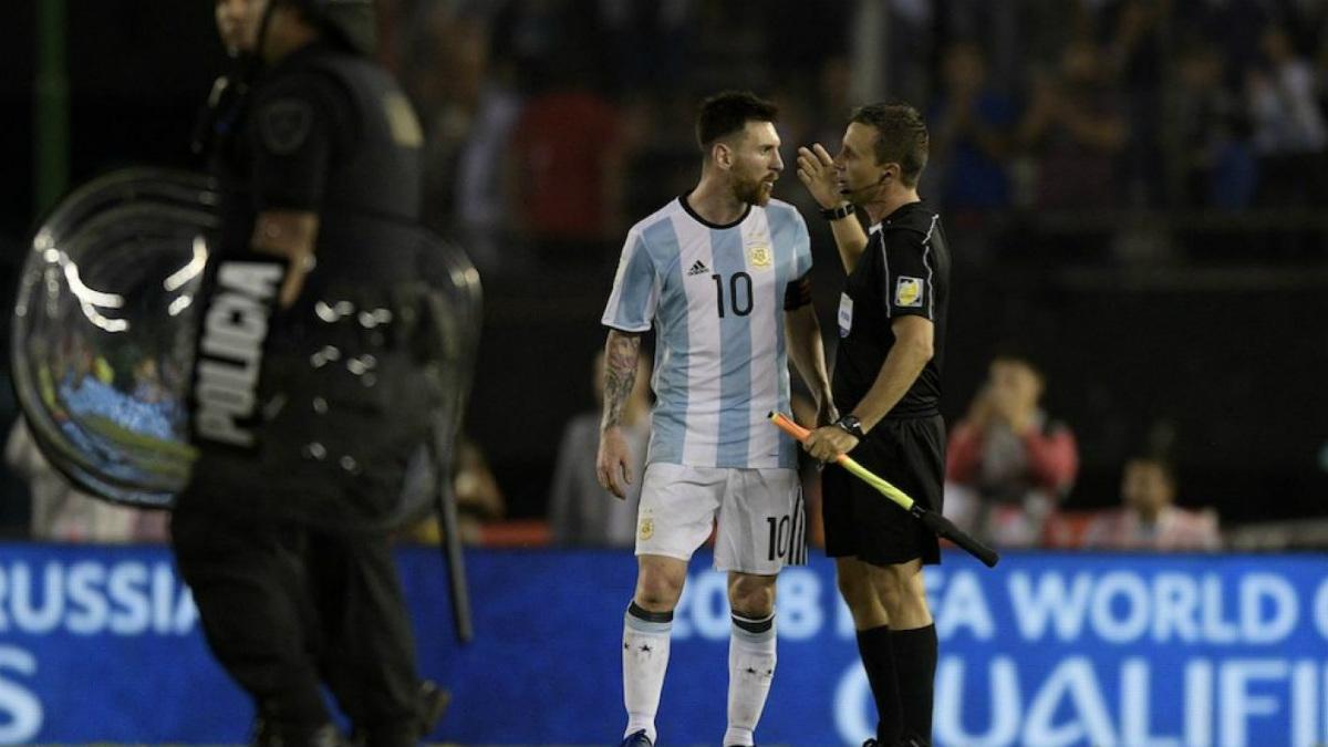 Leo Messi le muestra su desacuerdo al árbitro en el partido ante Chile.