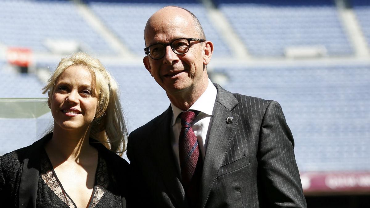 Jordi Cardoner junto a Shakira en el césped del Camp Nou. (AFP)