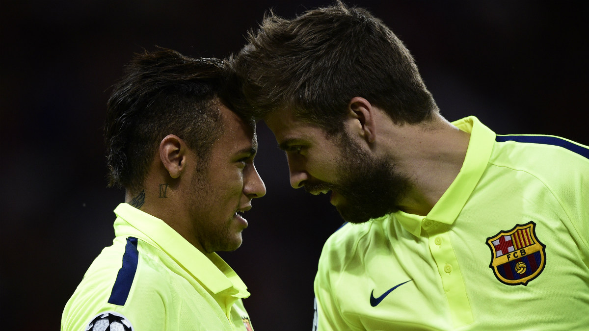 Gerard Piqué y Neymar chocan su cabeza en un partido de Champions. (AFP)