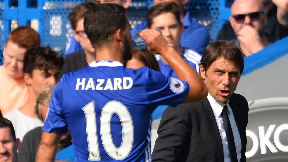 Conte y Hazard, durante un partido del Chelsea. (AFP)
