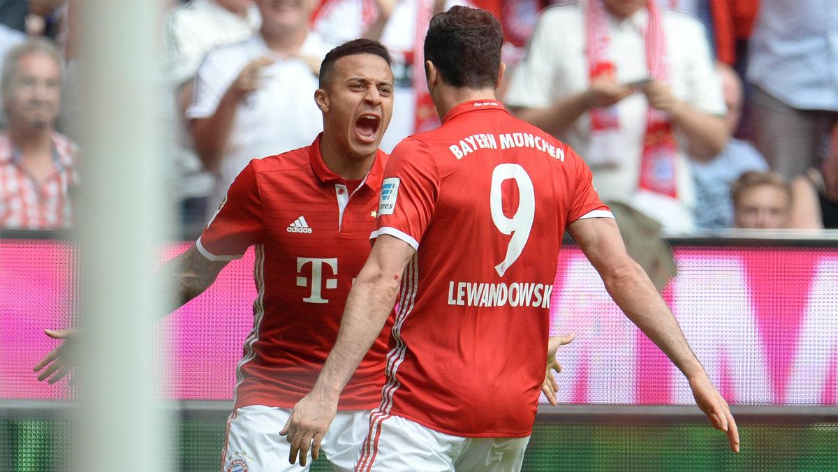 Thiago y Lewandowski celebran uno de los goles del Bayern ante el Augsburgo. (Getty)