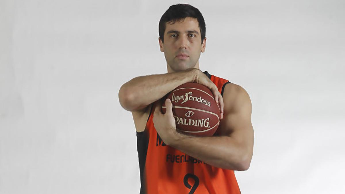 Sekulic posa con la camiseta de Montakit Fuenlabrada (ACB)