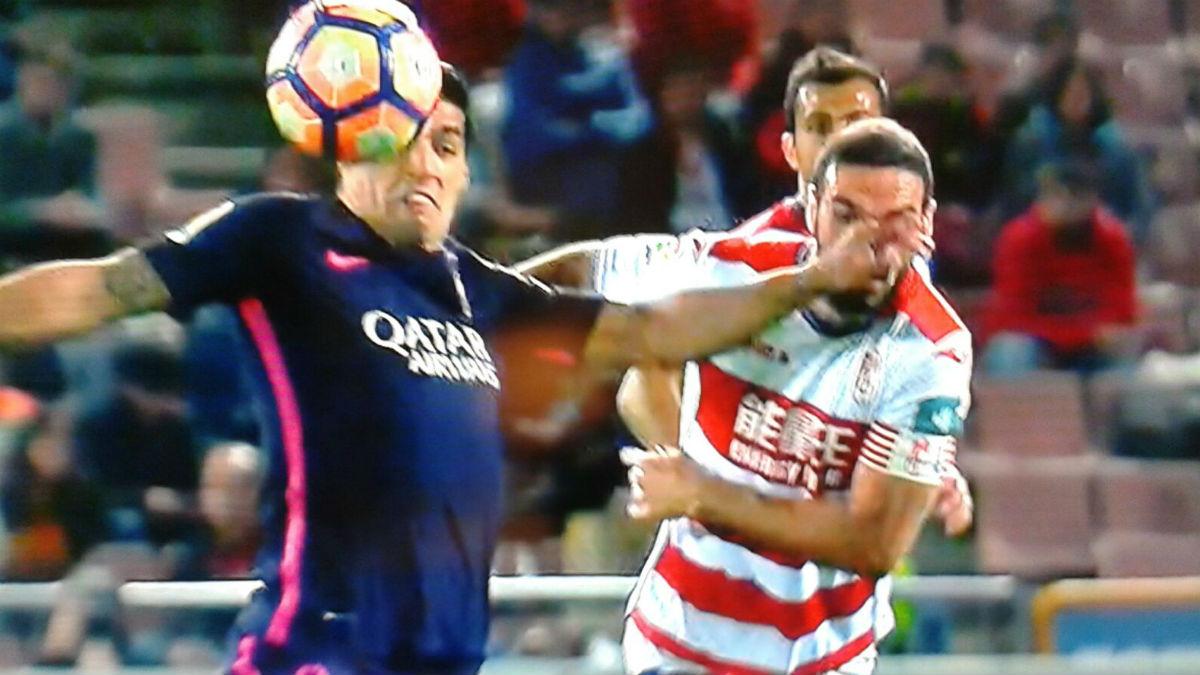 Luis Suárez golpeó claramente el rostro de Lombán.