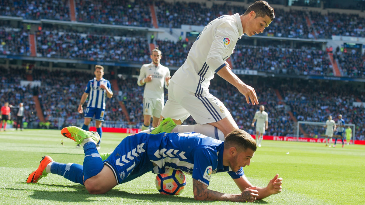 Theo defiende a Cristiano en el Real Madrid-Alavés. (Getty)