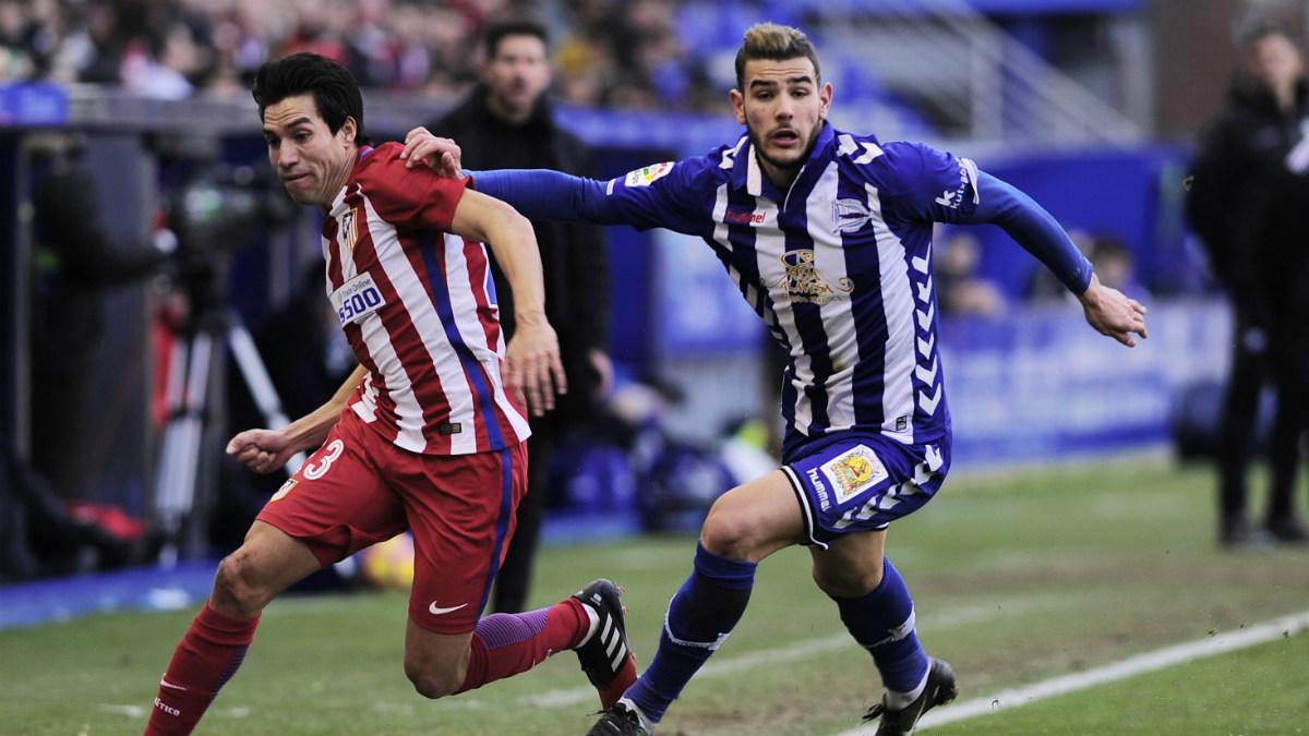 Theo lucha un balón en el duelo ante el Atlético. (Getty)