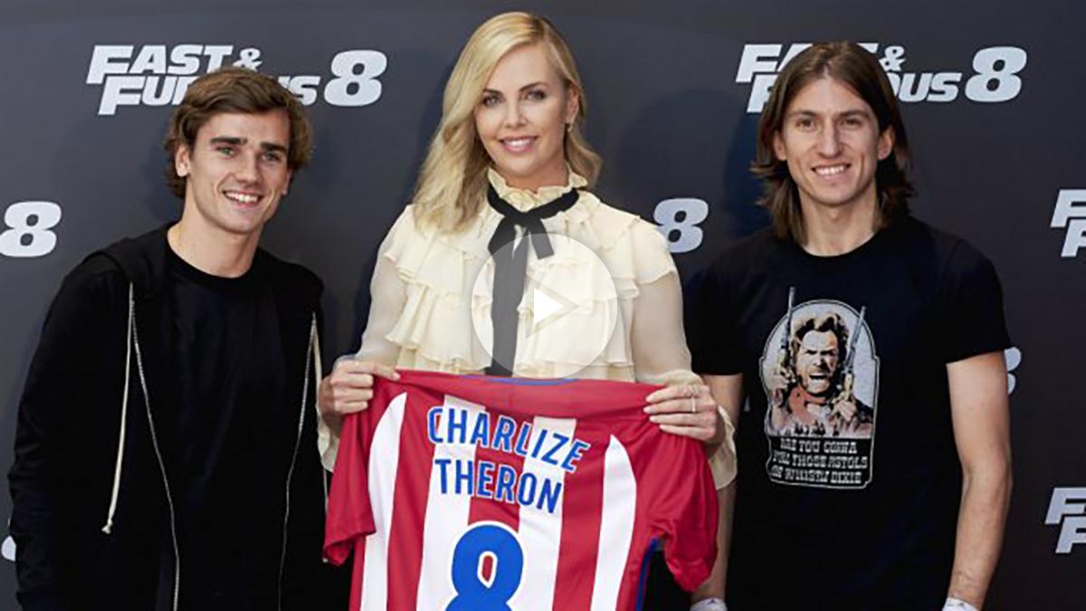 Filipe Luis y Griezmann posan junto a Charlize Theron. (Getty)