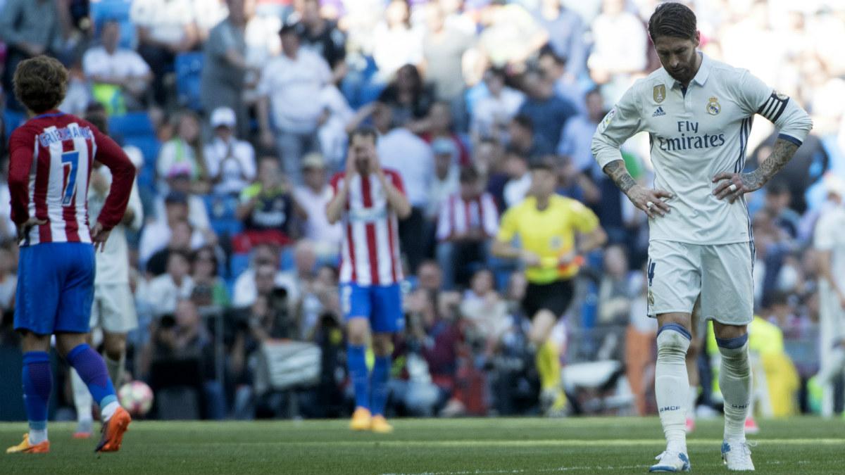 Ramos se lamenta a la conclusión del partido. (AFP)