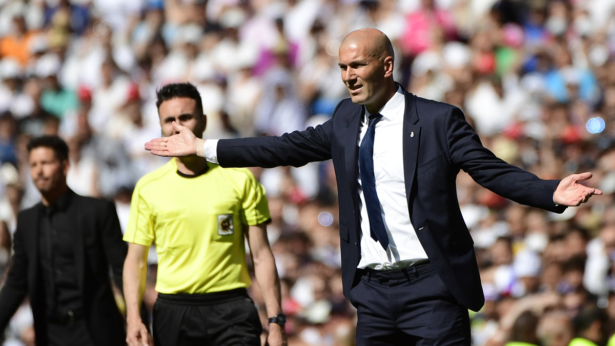 Zidane, dando órdenes a los jugadores del Real Madrid durante el partido (AFP).