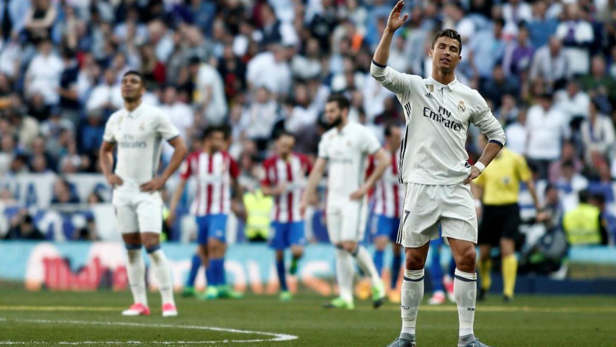 Los jugadores del Real Madrid se lamentan por el gol del Atlético. (Getty Images)