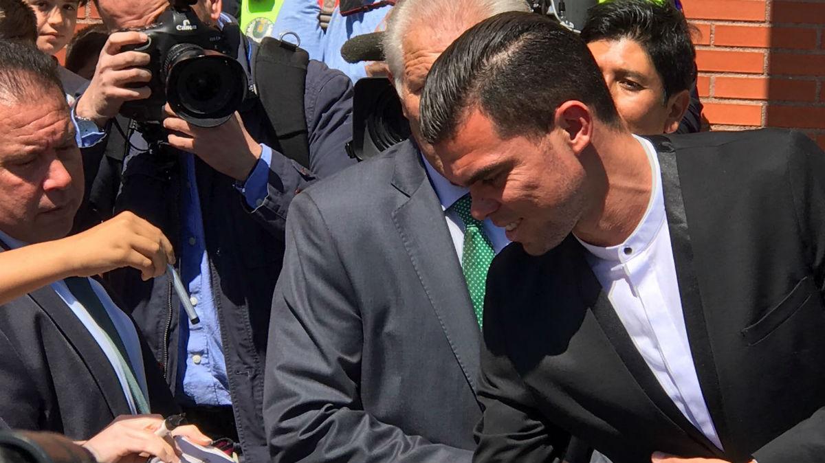 Pepe, a su llegada a la comida de la peña Ramón Mendoza.