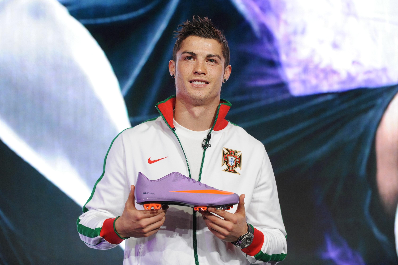 Cristiano posa con unas botas NIKE Mercurial. (AFP)