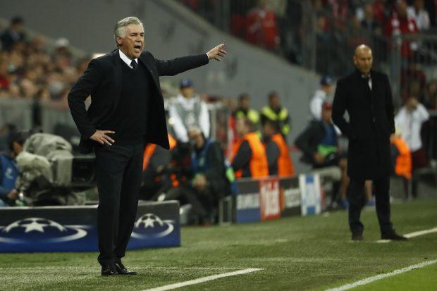 Ancelotti y Zidane en la banda del Allianz. (AFP)