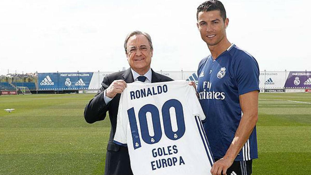 Florentino Pérez regala una camiseta a Cristiano por sus 100 goles en Europa. (Realmadridcom)