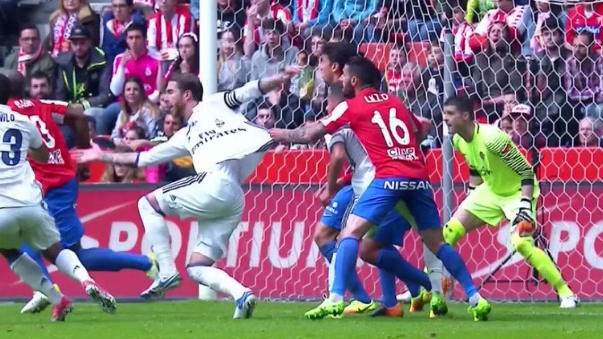 Lillo agarró claramente a Ramos durante un Sporting-Real Madrid con la Liga en juego.
