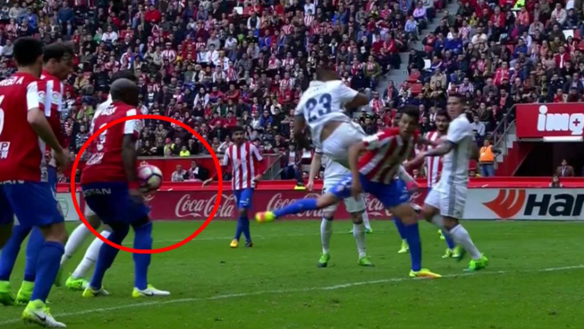El balón golpeó la mano de Babin durante aquel mismo encuentro. Tampoco se pitó nada.