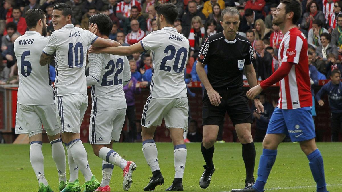 Los jugadores del Real Madrid celebran un gol en Gijón. (AFP)