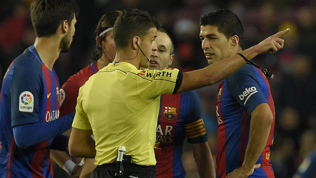 Luis Suárez fue expulsado ante el Atlético en Copa. (AFP)