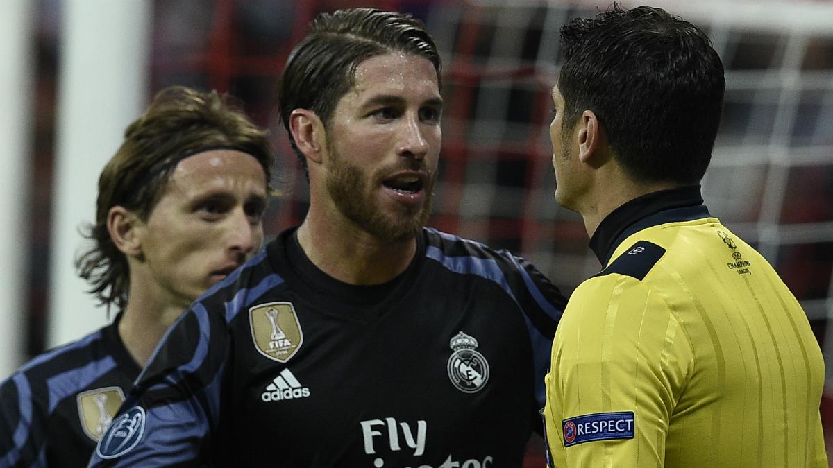Ramos y Modric protestan al asistente de Rizzoli en la ida. (AFP)
