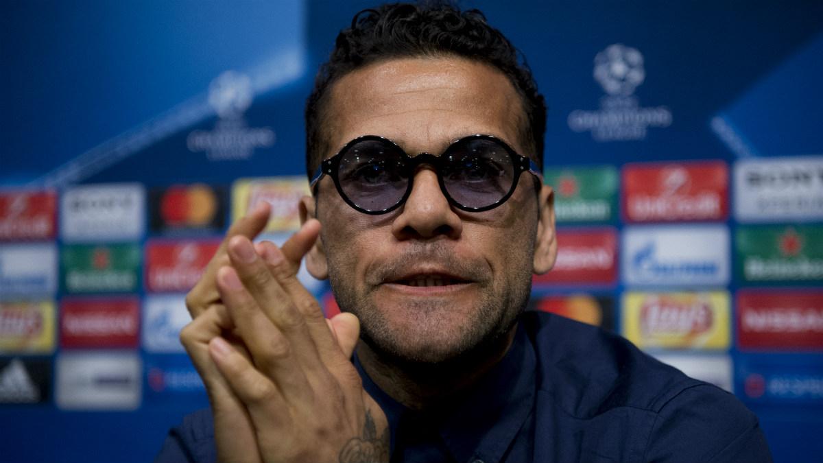 Dani Alves compareció en sala de prensa. (AFP)