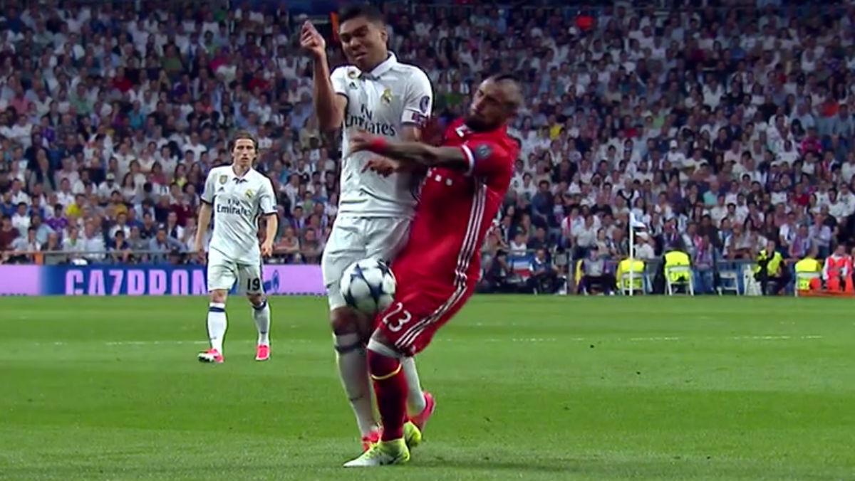 La entrada de Arturo Vidal que no fue penalizada con tarjeta amarilla.