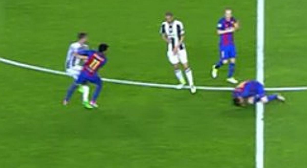 Neymar agrede a Pjanic.