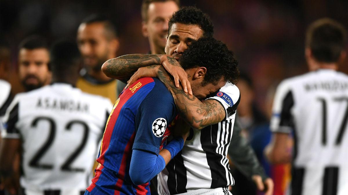 Alves consuela a Neymar. (Getty)