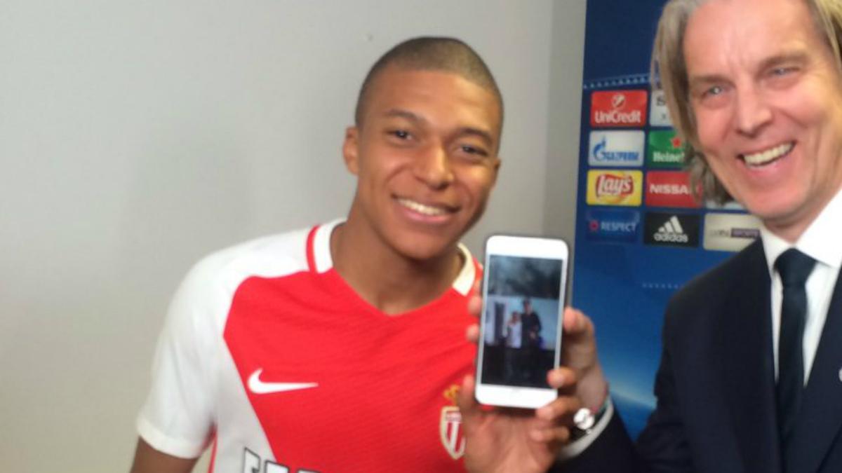 Mbappé posa con un móvil en el que está la fotografía junto a Cristiano. (Twitter)