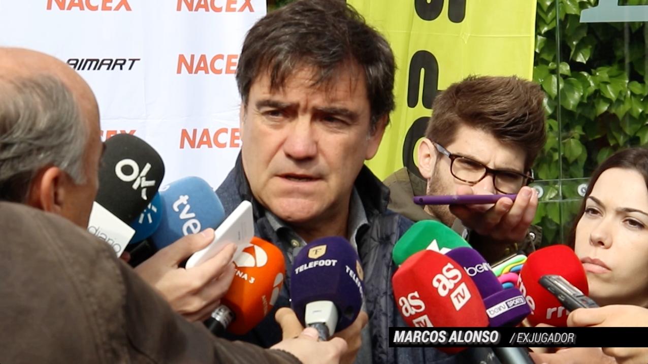 Marcos Alonso atiende a los medios de comunicación. (Imagen: Juanma Yela)