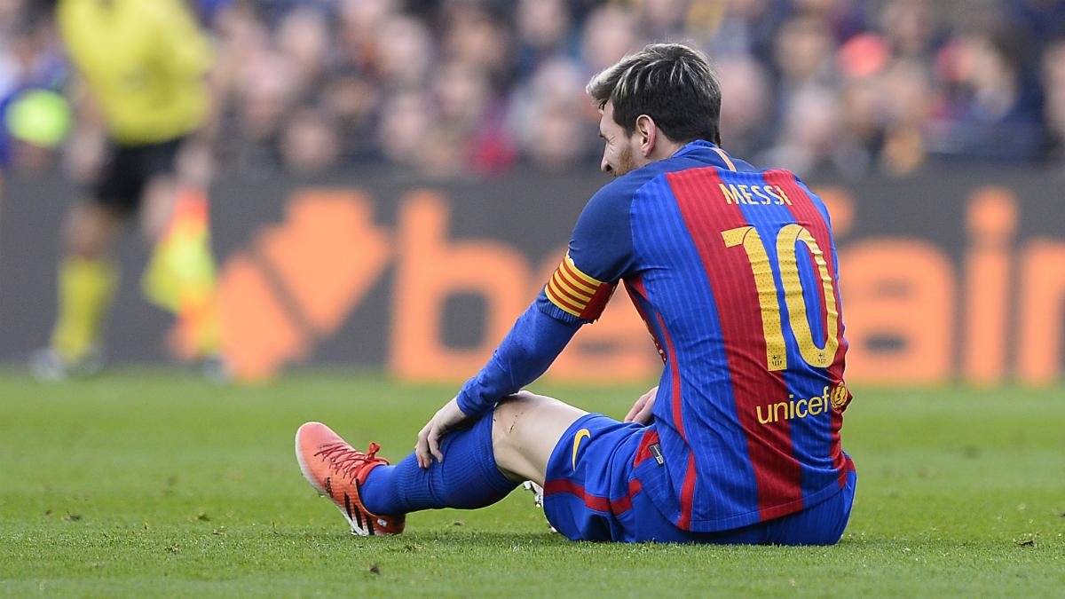 Messi en suelo durante el último Clásico. (AFP)