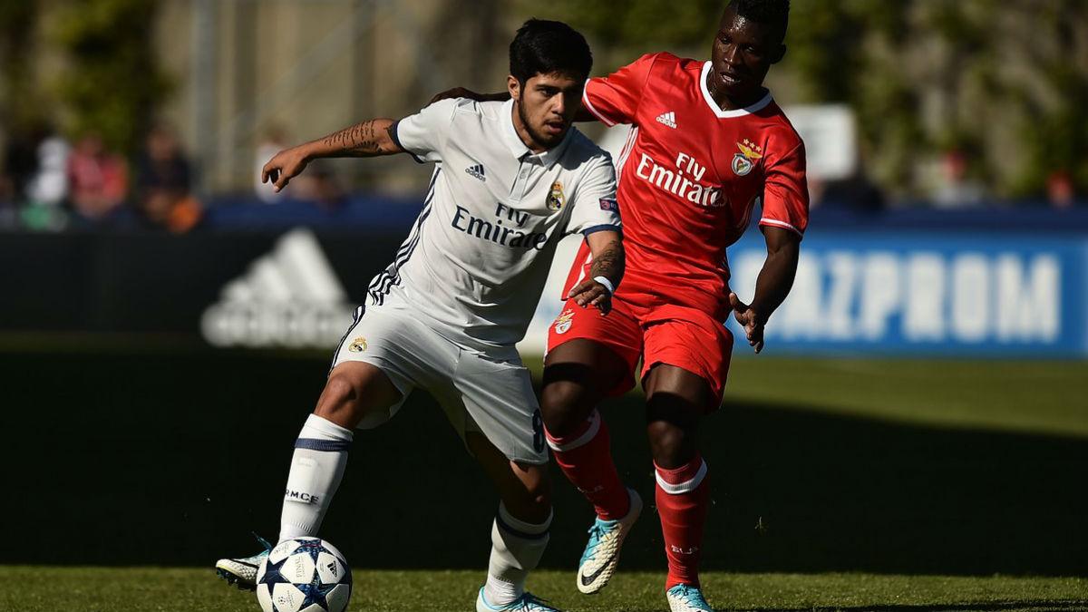 Sergio Díaz protege un balón en la semifinal de la Youth League. (@UEFAYouthLeague)