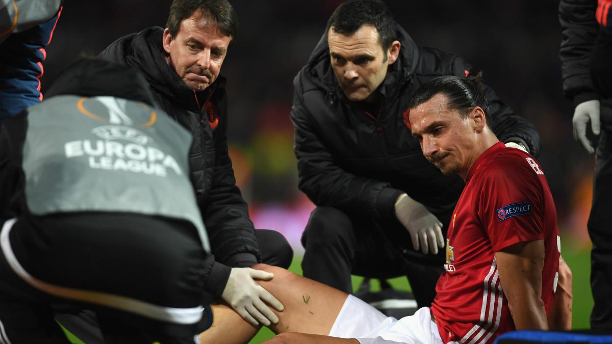 Ibrahimovic, tendido en el suelo tras su lesión. (Getty)